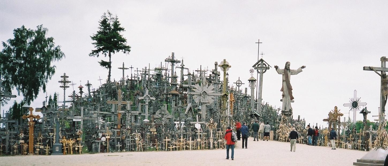 Гора крестов притягивает туристов. Это одно из самых страшных мест на земле.
