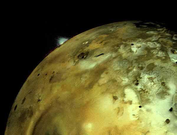 На снимке хорошо видно вулканическое извержение на поверхности Ио.