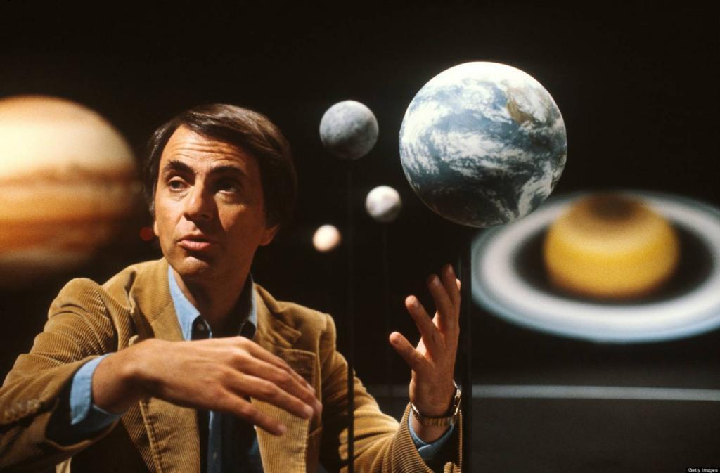 Карл Саган на фоне фотографии планет Солнечной системы.