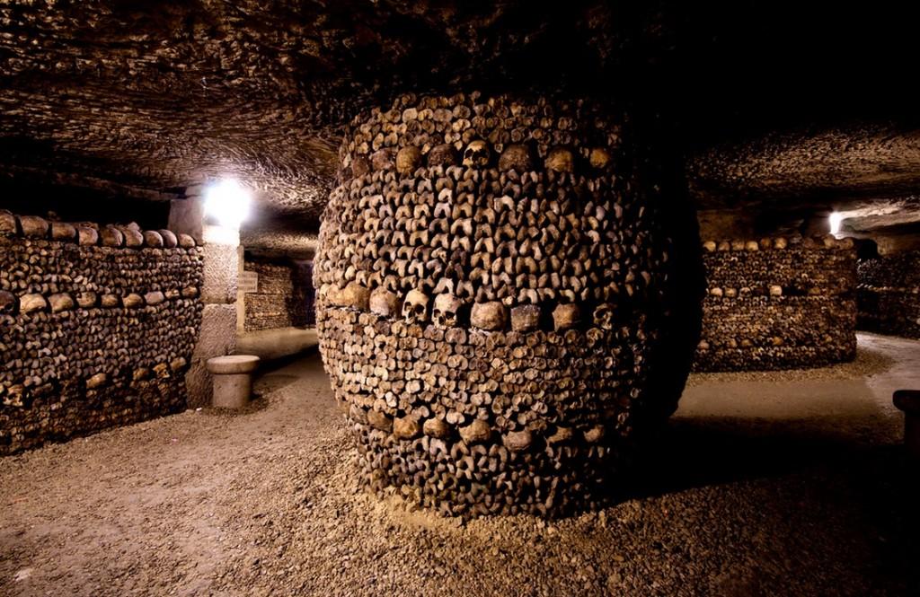 Колонна из останков в подземелье в Париже.