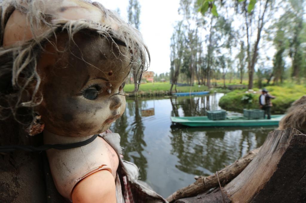 Кукла на фоне озера. Остров кукол. Самые страшные места планеты.