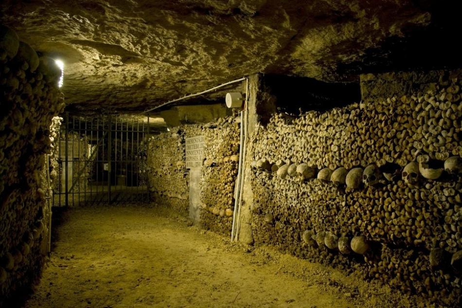 Коридор, стены которого сложены из человеческих костей