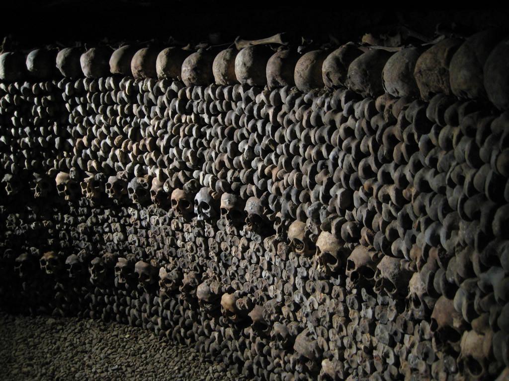 Стена из черепов в подземельях Парижа.