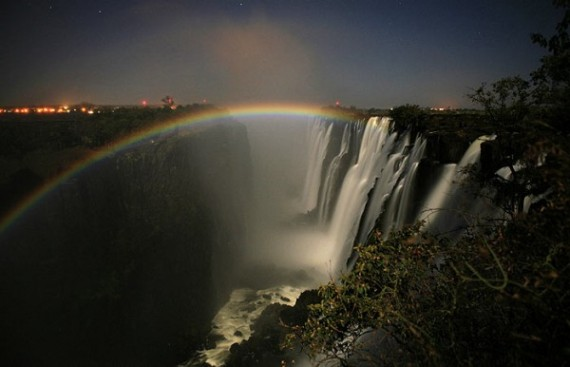 Лунная радуга на фоне водопада
