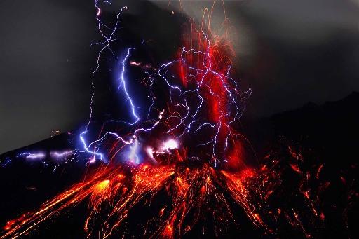 Молнии на фоне извергающегося вулкана