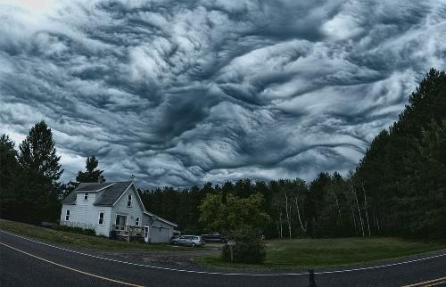 Облака над лесом и домом