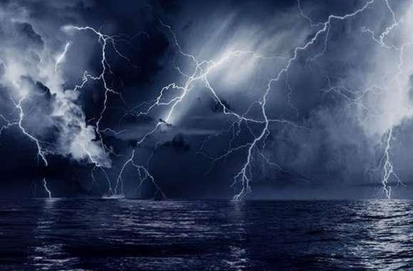 Молнии сверкают над ночным морем