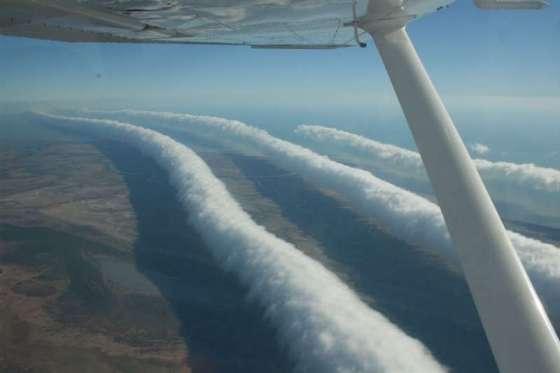 Длинные облака расположены в три ряда