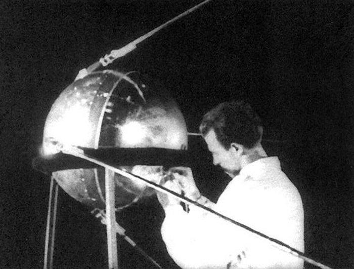 Спутник ПС-1 на стенде.