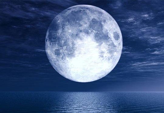 Фотография планеты Луна над рекой