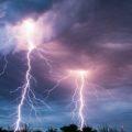 Молния в мрачных небесах